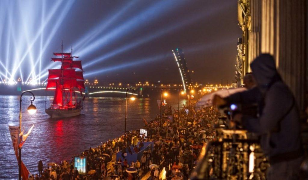 Зрители мероприятия Алые паруса в Санкт-Петербурге